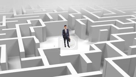Photo pour Jeune homme d'affaires debout au milieu d'un labyrinthe 3D - image libre de droit