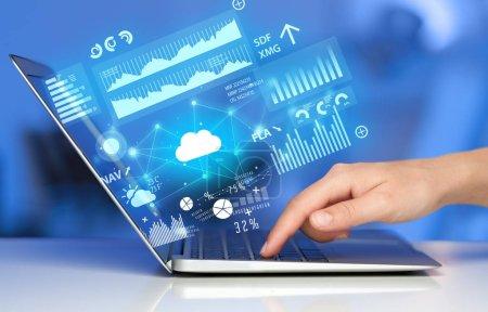 Foto de Mano, con ordenador portátil con tecnología cloud y el concepto de información vinculado - Imagen libre de derechos