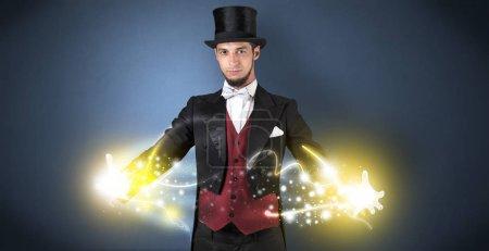 Photo pour Magicien tenant sa puissance scintillante entre ses deux mains - image libre de droit