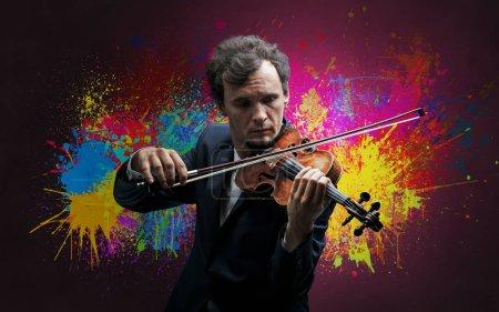 Photo pour Musicien de la jeune violoniste classique avec papier peint coloré splotch - image libre de droit