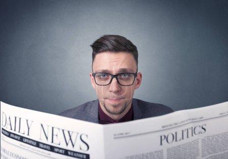 Photo pour Jeune smart homme d'affaires quotidien de lecture - image libre de droit
