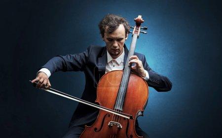 Photo pour Violoncelliste solitaire composant sur violoncelle sans rien autour - image libre de droit