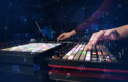 Photo pour Main de remixer musique sur contrôleur midi à jouer de la musique et multimédia concept - image libre de droit