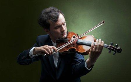 Photo pour Violoniste solitaire composer sur violoncelle sans rien autour - image libre de droit