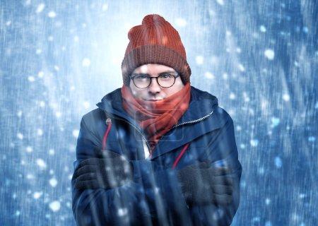 Photo pour Beau jeune garçon frissonnant et tremblant au concept de tempête de neige - image libre de droit