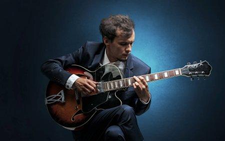 Photo pour Guitariste solitaire composer au violoncelle avec rien autour - image libre de droit