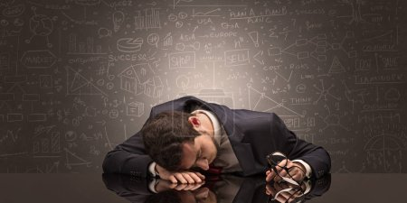 Photo pour Elégant professeur s'est endormi sur son lieu de travail avec le concept de tableau noir plein dessin - image libre de droit