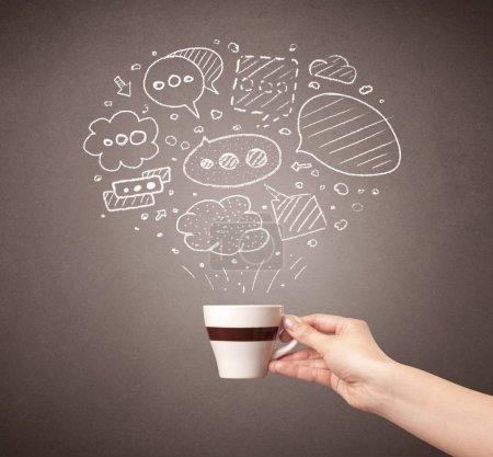 Photo pour Jeune main féminine tenant une tasse de café avec des bulles de pensée dessinées au-dessus - image libre de droit