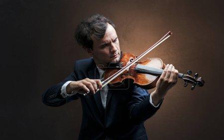 Photo pour Violoniste solitaire composer au violoncelle avec rien autour - image libre de droit