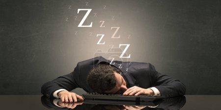 Photo pour Jeune homme d'affaires s'est endormi à la table sur son concept de clavier - image libre de droit