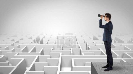 Photo pour Homme d'affaires debout sur labyrinthe et impatient de voir le futur concept - image libre de droit