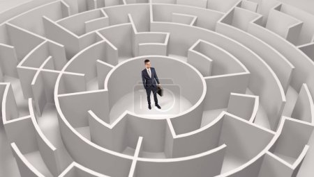 Photo pour Jeune homme d'affaires debout au milieu d'un labyrinthe rond 3d - image libre de droit