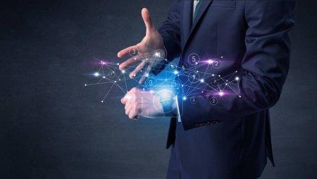 Photo pour Port smartwatch avec réseau concept là-dessus l'homme. - image libre de droit
