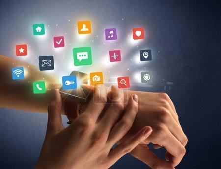 Photo pour Nue féminine main avec smartwatch et les étiquettes concernant l'application et fond sombre - image libre de droit