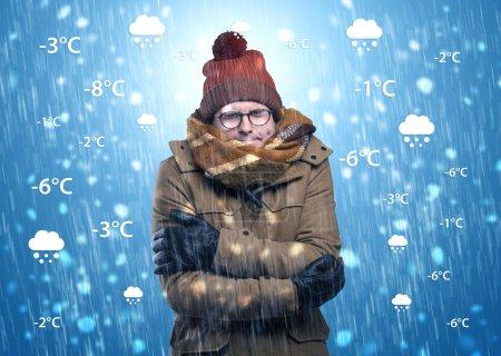 Photo pour Jeune homme gelant dans des vêtements chauds avec des conditions météorologiques et concept de prévision - image libre de droit