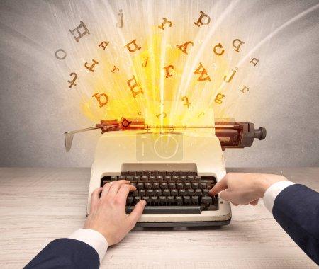 Photo pour Image de perspective à la première personne avec lettres éclatantes d'un concept de machine à écrire vintage - image libre de droit