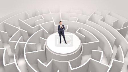Photo pour Homme d'affaires debout sur le dessus un labyrinthe et regarder à travers - image libre de droit