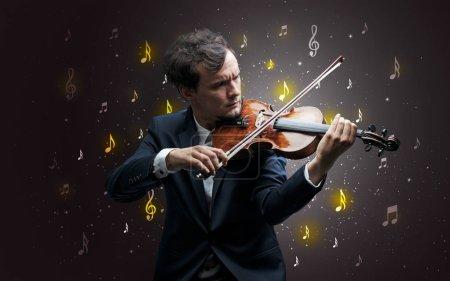Photo pour Jeune violoniste avec chute musical notes papier peint et le concept classique - image libre de droit