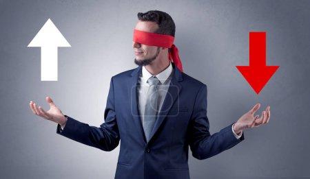 Homme d'affaires oculaire couvert choisir la direction