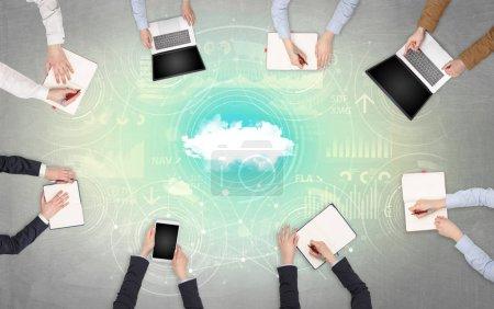 Photo pour Groupe de personnes avec des appareils en mains travaillant sur des rapports avec le travail d'équipe en ligne et le concept de technologie cloud - image libre de droit