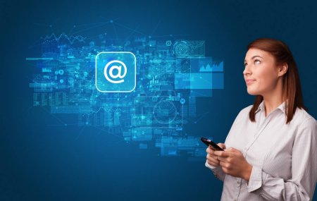 Photo pour Adolescent, à l'aide de téléphone avec messagerie et le concept de communication en ligne - image libre de droit