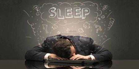 Photo pour Jeune homme d'affaires élégant s'est endormi sur son lieu de travail avec idée gribouillée, sommeil et concept fatigué - image libre de droit