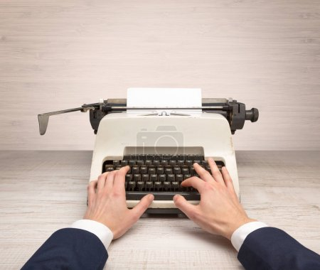 Photo pour Première personne perspective élégante écriture à la main sur une vieille machine à écrire école avec copyspace - image libre de droit
