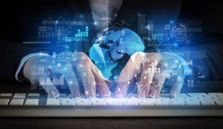Photo pour Femme d'affaires tapant sur le clavier avec le concept de système global - image libre de droit