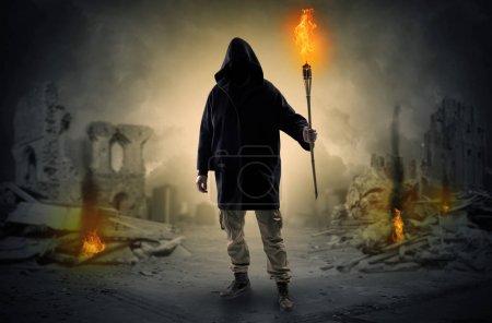 Photo pour Lieu détruit après une catastrophe avec homme et brûlure flambeau concept - image libre de droit