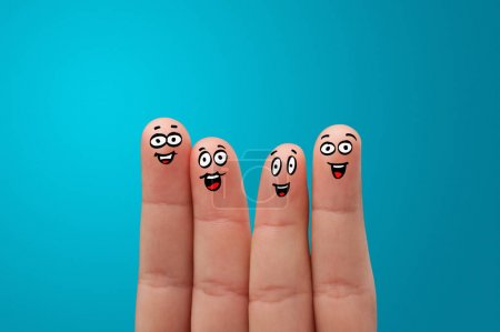 Photo pour Des doigts joyeux se serrent dans leurs bras - image libre de droit