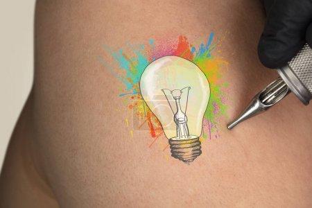 Photo pour Tatouage à la main concept idée colorée sur peau claire nue - image libre de droit