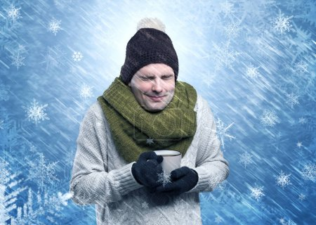 Photo pour Magnifique garçon portant des vêtements chauds et gelant dans un concept frais enneigé - image libre de droit