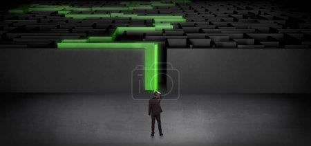 Photo pour Homme d'affaires se prépare à entrer dans le labyrinthe sombre avec le concept de route déclaré - image libre de droit
