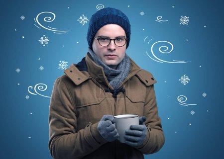 Photo pour Jeune garçon hipster congelé avec des flocons de neige gribouillés et concept venteux - image libre de droit