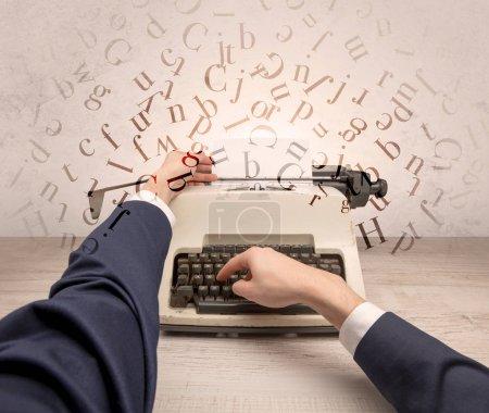 Photo pour Perspective à la première personne écriture élégante à la main sur machine à écrire avec concept de lettres volantes - image libre de droit