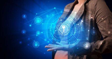 Photo pour Jeune tenant écran hologramme affichant des infomartions de sécurité - image libre de droit