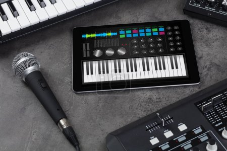 Photo pour Application de synthétiseur de piano sur tablette et instrument de musique - image libre de droit