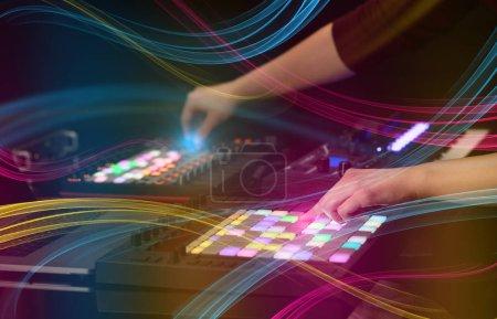 Photo pour Mélange de musique sur contrôleur midi avec concept ambiance colorée à la main - image libre de droit