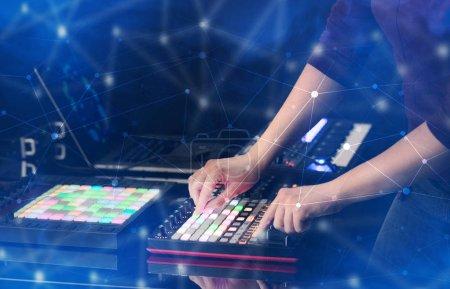 Photo pour Main de remixer musique sur contrôleur midi avec concept de connectivité coloré - image libre de droit