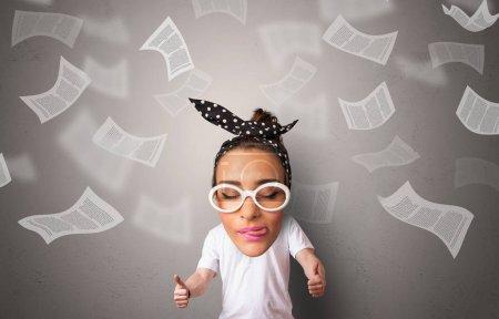 Photo pour Grande tête sur petit corps avec des documents volants autour - image libre de droit