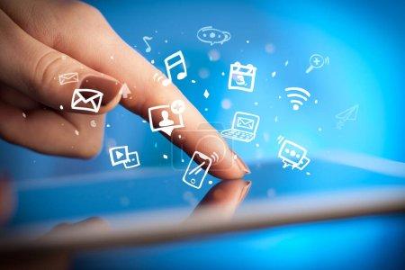 Photo pour Tablette à main avec des icônes multimédia dessinées et d'application - image libre de droit