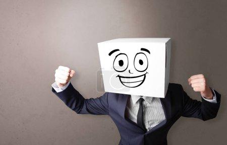 Photo pour Jeune garçon debout et gesticulant avec une boîte en carton sur la tête - image libre de droit