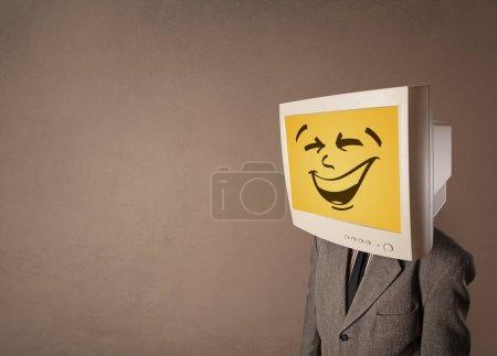 Photo pour Jeune avec tête de moniteur souriant heureux - image libre de droit