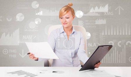 Photo pour Homme d'affaires assis au bureau avec des changements financiers, et le concept de diagramme de rapport - image libre de droit