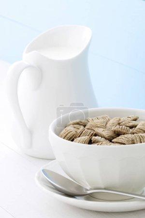 Photo pour Délicieux et nutritif de blé et de céréales d'avoine, servi dans un bol de lait au café français belle - image libre de droit
