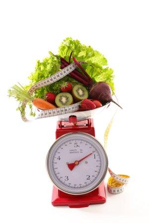 Photo pour Équilibre avec les légumes, régime alimentaire concept - image libre de droit