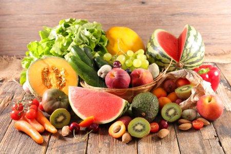 Photo pour Bouchent la vue de composition des aliments avec des fruits et légumes - image libre de droit
