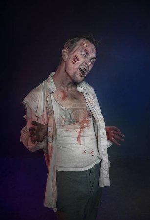 Photo pour Homme terrible effrayant zombie horreur. Scène de Halloween - image libre de droit