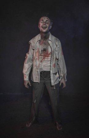 Photo pour Horreur terrible rire de l'homme zombie effrayant. Scène d'Halloween - image libre de droit