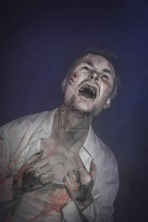 Photo pour Homme terrible effrayant zombie horreur crier. Scène de Halloween - image libre de droit